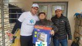 תמונה שמתנדב פיד ישראל מעניק מפזר חום לניצול שואה